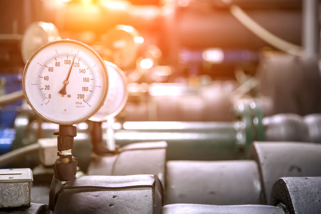 Pressure gauge on the cylinder of the industrial refrigeration.